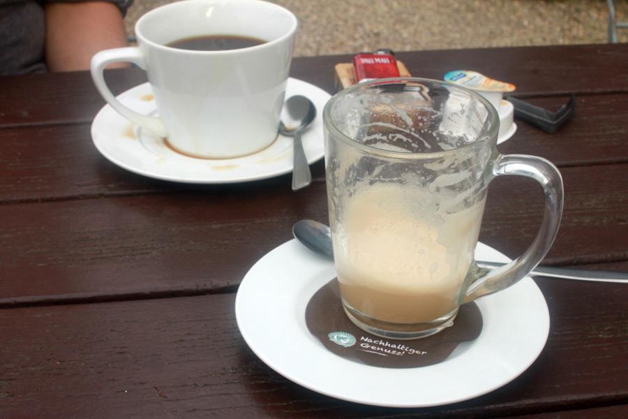Ein Fair Trade Kaffee und ein Fair Trade Milchkaffee