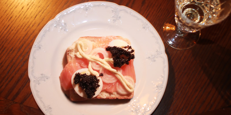 OK kein Muttertags-Frühstücks-Foto gefunden, dies war Sylvester …und ich ja ich weiß …kein verkümmerter Lachs mehr, kein schrecklicher Kaviar und vielleicht auch kein importierter Moët & Chandon mehr …gibt's deutschen Champagner??!